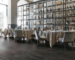 218246_inspirations-carrelage-restaurant-hotel-brasserie-imitation-parquet-fonce-noir-schelfhout.jpg