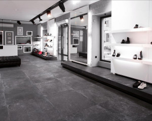 220457_inspirations-carrelage-commerces-magasin-chaussures-carrelage-imitation-pierre-bleue-naturelle-schelfhout.jpg