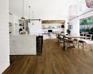 223261_inspirations-carrelage-cuisine-imitation-parquet-ceramique-chene-fonce-moderne-schelfhout.jpg