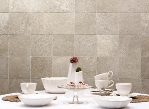 226533_inspirations-carrelage-cuisine-imitation-pierre-naturelle-20x20-beige-credence-schelfhout.jpg