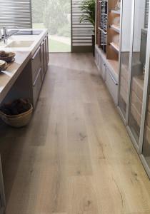 222007_inspirations-carrelage-cuisine-imitation-parquet-ceramique-chene-look-moderne-chic-25x150-longues-planches-schelfhout.jpg