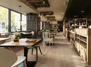 226950_inspirations-carrelage-commerces-restaurant-brasserie-carrelage-imitation-parquet-bois-effet-20x120-chene-chaleureux-schelfhout.jpg