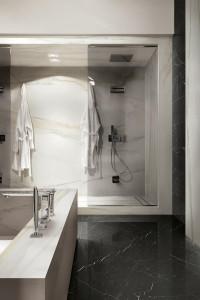 223477-223478_inspirations-carrelage-hotel-salle-de-bain-grand-luxe-marbre-blanc-melange-marbre-noir-imitation-gres-cerame-schelfhout.jpg