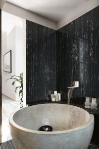 223480_inspirations-carrelage-salle-de-bain-baignoire-claire-carrelage-fonce-imitation-marbre-noir-gres-cerame-schelfhout.jpg
